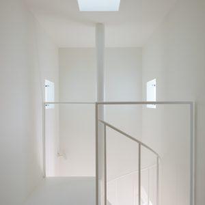 互い違いの内壁/homeHR 階段室
