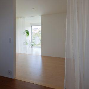 互い違いの内壁/homeHR 2階寝室からサンルームを見る