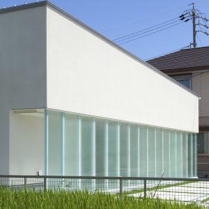半透明の中庭/homeKZ 屏風状に連なる半透明のスクリーン