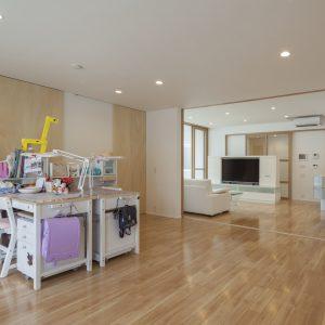 半透明の中庭/homeKZ 子供室とリビングの関係(建具を開けた状態)