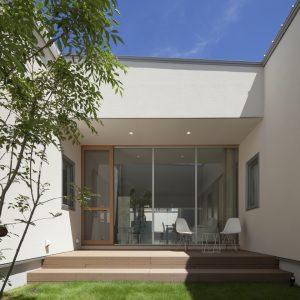 半透明の中庭/homeKZ 中庭からリビング方向を見る