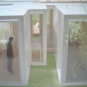 incomplete house フレームの隙間が坪庭となって光や風を内部にもたらす