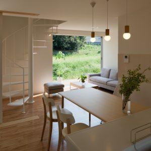互い違いの内壁/homeHR キッチンから右側にリビング、左側にサンルーム