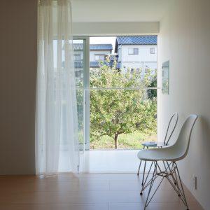 互い違いの内壁/homeHR 2階寝室からサンルームと屋外を見通す