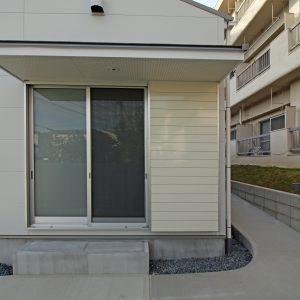間口の庇/homeNK 東側のスロープと開口