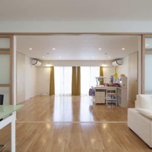 半透明の中庭/homeKZ リビングと子供室の関係(建具を開けた状態)