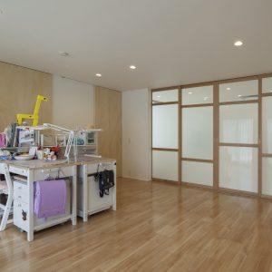 半透明の中庭/homeKZ 子供室とリビングの関係(建具を閉めた状態)
