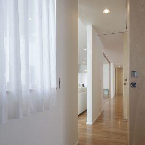 半透明の中庭/homeKZ 奥まで見通すことのできる廊下