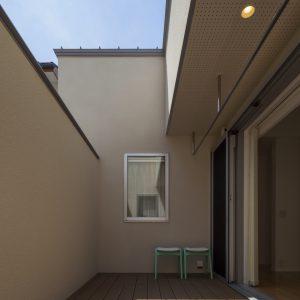 半透明の中庭/homeKZ 洗濯物を干したりするための、よりプライベートの中庭