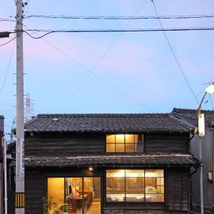 亀崎の蕎麦屋 正面外観(夕景)