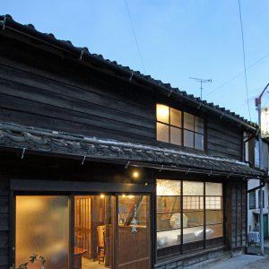 亀崎の蕎麦屋 改修後の外観(夕景)