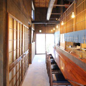 亀崎の蕎麦屋 カウンター席から出入口を見る