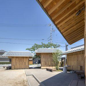 亀崎公園の再編 建築に囲まれた舗装部分はステージとしても利用できる