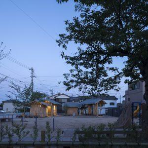 亀崎公園の再編 北側道路からの全景(夕方)