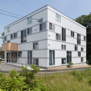 六層二階建ての窓/リナスト障がい者福祉施設