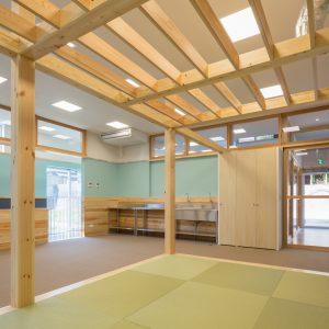六層二階建ての窓/リナスト障がい者福祉施設 1階訓練・作業室の畳コーナー