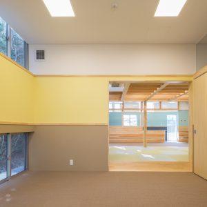 六層二階建ての窓/リナスト障がい者福祉施設 1階訓練・作業室(生活支援)