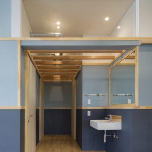 六層二階建ての窓/リナスト障がい者福祉施設 1階洗面スペース