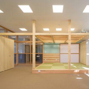 六層二階建ての窓/リナスト障がい者福祉施設 1階訓練・作業室(就労支援)