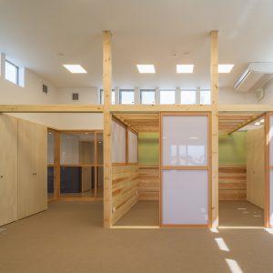 六層二階建ての窓/リナスト障がい者福祉施設 2階訓練・作業室(多目的)