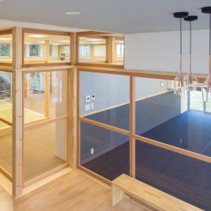 六層二階建ての窓/リナスト障がい者福祉施設 1階エントランスホールから訓練・作業室を見通す