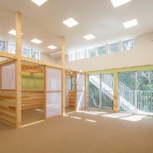 六層二階建ての窓/リナスト障がい者福祉施設 2階訓練・作業室から屋上に上がる階段を見る