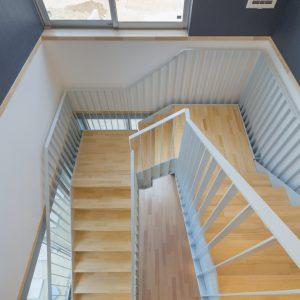 六層二階建ての窓/リナスト障がい者福祉施設 階段室