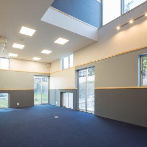 六層二階建ての窓/リナスト障がい者福祉施設 1階事務室