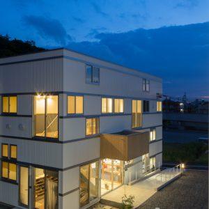 六層二階建ての窓/リナスト障がい者福祉施設 北東側夕景