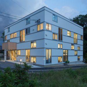 六層二階建ての窓/リナスト障がい者福祉施設 北西側夕景