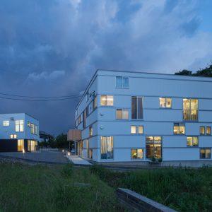 六層二階建ての窓/リナスト障がい者福祉施設 西側からの全景