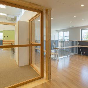 六層二階建ての窓/リナスト障がい者福祉施設 2階ホール