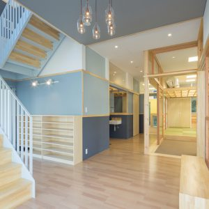 六層二階建ての窓/リナスト障がい者福祉施設 左側に階段、右側に事務所、中央に訓練・作業室