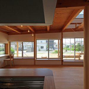 片流れの離れ/homeYG 高さの違う水平連続窓