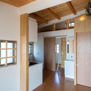 三方向の屋根/annexTK 居間から小屋裏を見る