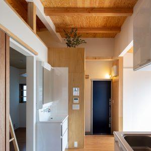 三方向の屋根/annexTK キッチンから出入口方向を見る