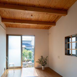三方向の屋根/annexTK 居間から庭を見る