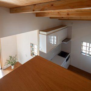 三方向の屋根/annexTK 小屋裏収納から居住部分を見る