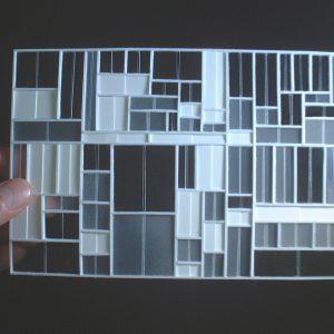 引違い窓の壁 さまざまな大きさと透明度の引違い窓で壁が構成される