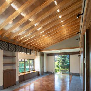 天井裏の明るさ/homeSK 化粧垂木の上に設置されたツインカーボを天井材としている