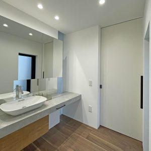 直方体と門型の庇 洗面室