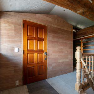天井裏の明るさ/homeSK 小屋の建具は1階リビングのものを転用している
