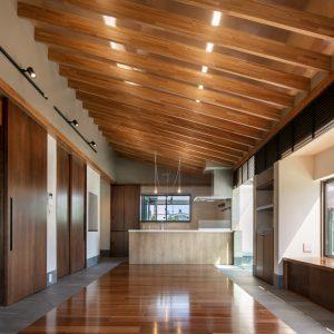 天井裏の明るさ/homeSK リビングからダイニング、キッチンを見通す