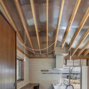 天井裏の明るさ/homeSK 改修後のキッチン/背面には造作カウンターと家具