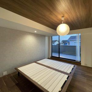 直方体と門型の庇 主寝室/奥に屋上テラスを見る