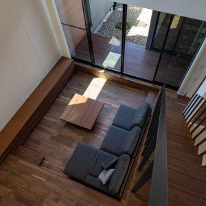 直方体と門型の庇 リビングを2階から見下ろす