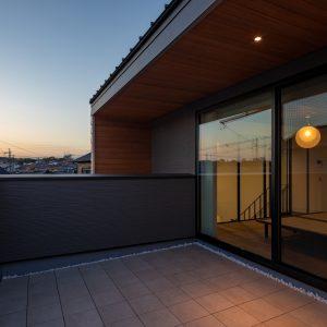 直方体と門型の庇 主寝室南側の屋上テラス
