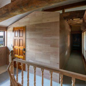 天井裏の明るさ/homeSK 既存の小屋裏空間の中に入れ子状に小屋を増設