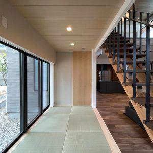 直方体と門型の庇 畳コーナー/天井高を抑えて落ち着いた空間としてる