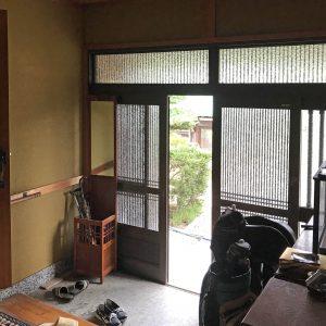 天井裏の明るさ/homeSK 改修前の玄関/既存の玄関扉はアルミサッシ四枚引き